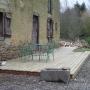 Terrasse en Pin devant une longère en terre