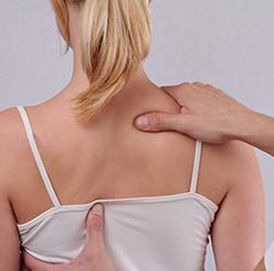 Massage du dos par un ostéopathe