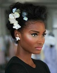 Pour un mariage, pensez à magnifier votre updo en intégrant à la coiffure  des accessoires ou bijoux de tête.