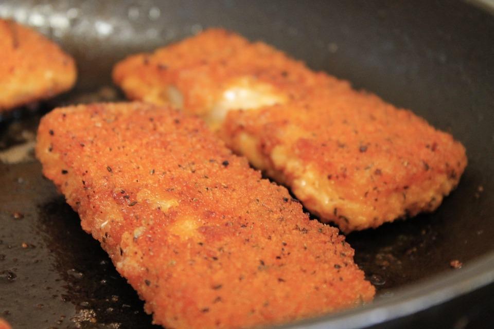 poisson pané maison dans une assiette