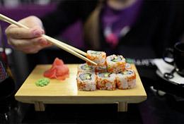 Femme qui mange des sushis