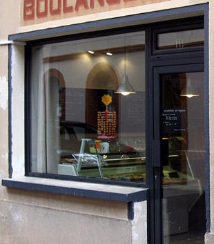Vitrine et porte d'entrée d'une boulangerie