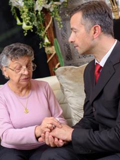 Homme conseillant une personne agée pour un décès