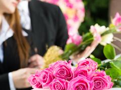 Fleurs roses enterrement