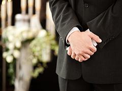 Homme se recueillant enterrement