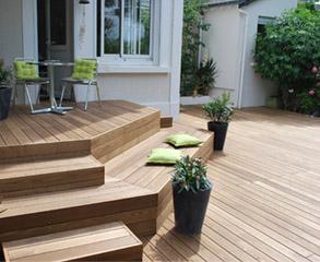 Terrasse en bois devant une maison
