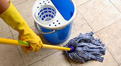 Nettoyage d'un sol en carrelage